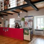 Interiér informačního centra s pohledem do galeriezet v prvním patře
